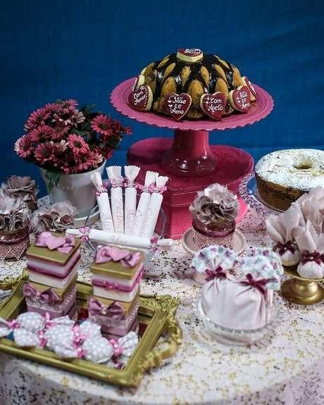 44- Na decoração dia das mães, o bolo foi confeitado com bolachinhas em formato de coração e frases amorosas. Fonte: Na Lua Festas