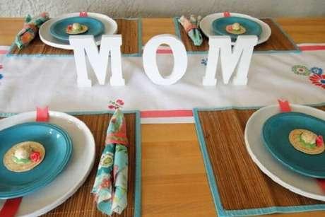 45- Na decoração dia das mães, a palavra mãe foi colocada no centro da mesa. Fonte: Stylisheve