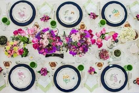 46- A mesa posta tem decoração dia das mães imitando um jardim. Fonte: Pinterest