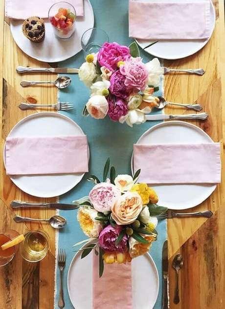 47- Na decoração dia das mães, a mesa rústica contrasta com a delicadeza dos tons pasteis da toalha e dos guardanapos. Fonte: Como Fazer em Casa