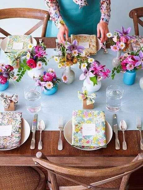 48- A decoração dia das mães, vasos brancos e azuis foram colocados no centro da mesa com flores do campo. Fonte: Pinterest