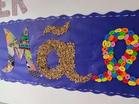51- O painel com a palavra mãe é a decoração para o dia das mães na sala de aula. Fonte: Toda Atual