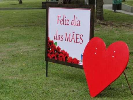 4- A decoração dia das mães em igreja pode ser feita na entrada com uma placa comemorativa. Fonte: Pinterest