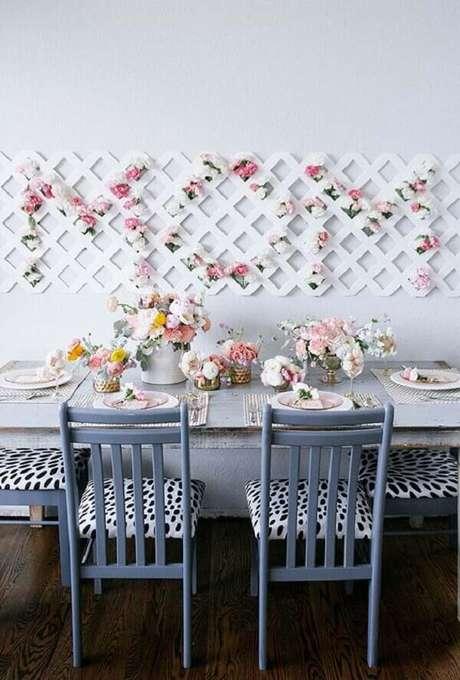 54- Na decoração dia das mães, as flores em tons pasteis foram colocadas sobre a mesa e no painel treliçado na parede. Fonte: A Minha Festinha