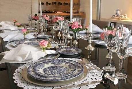 55- Na decoração dia das mães, as flores artificiais são usadas noS vasos do centro da mesa e como anéis de guardanapo. Fonte: Reporter Maceio