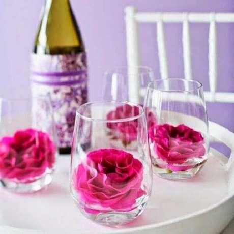 53- Na decoração dia das mães, as mesas tem copos com flores vermelhas. Fonte: Amando Cozinha