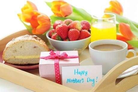 56- No café da manhã, a decoração dia das mães tem bandeja com tulipas, frutas e sucos. Fonte: Grupo Dimensão