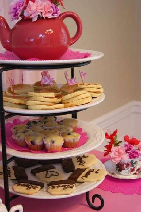 57- Na decoração dia das mães, os docinhos foram colocados em suporte de 4 andares. Fonte: Como Fazer em Casa