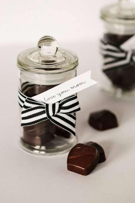 58- Na decoração dia das mães, potinhos de chocolate com frases amorosas são colocados sobre a mesa. Fonte: IdeiasDecor
