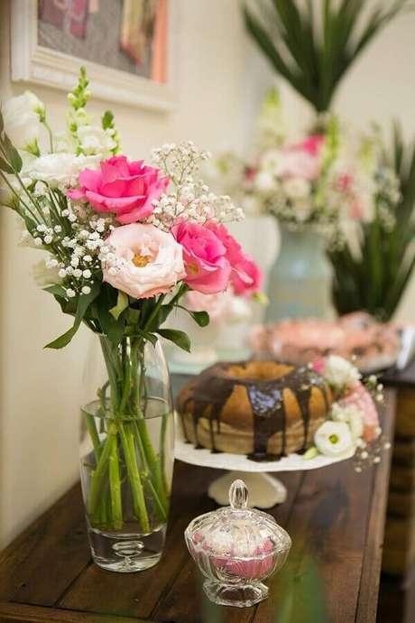 59- Na decoração dia das mães, as flores foram colocadas ao lado do bolo. Fonte: Amo Decorar