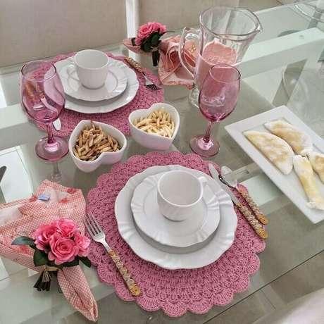 60- Na decoração dia das mães, a louça branca complementa a decoração em tons de rosa. Fonte: Michel Telles