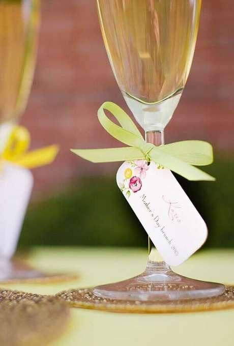 62- Na decoração dia das mães, as taças de vinho tem etiquetas e fitas coloridas. Fonte: A Minha Festinha