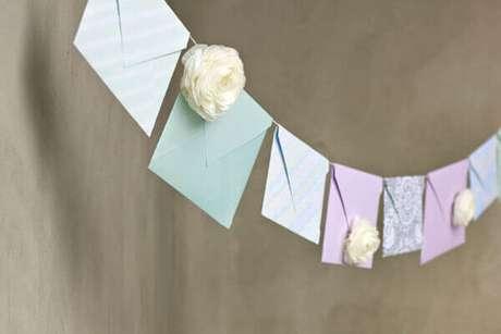 64- Na decoração dia das mães, o varal com recados enfeitam o canto da sala. Fonte: Bbel