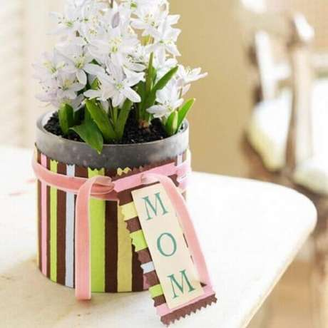 65- Os vasos de flores com a palavra mãe fazer parte da decoração dia das mães. Fonte: Stylisheve