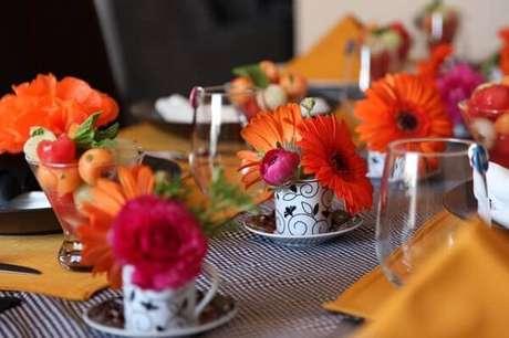 63- Na decoração dia das mães, as xícaras de café foram utilizadas como pequenos vasos. Fonte: Bbel