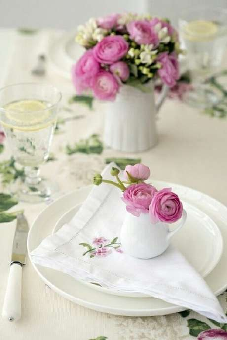 30- Na decoração dia das mães, as flores dos vasos sobre os guardanapos tem os mesmos tons do bordado. Fonte: Decoro Pra Você