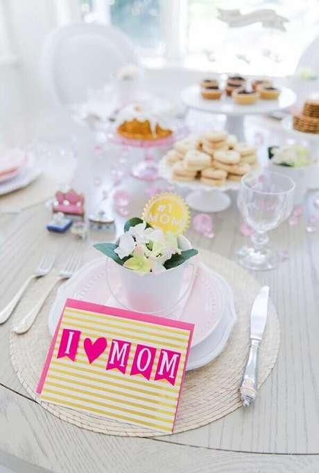 66- Na mesa, a decoração dia das mães em estilo clean tem mensagens para a homenageada. Fonte: A Minha Festinha