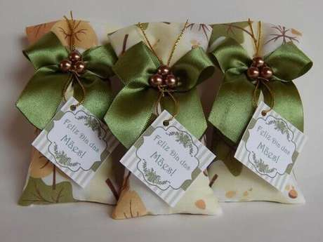 67- As lembrancinhas na decoração para o dia das mães são feitas em tecido estampado e laços verdes. Fonte: Artesanato Passo a Passo Já