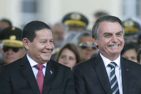 O presidente da República, Jair Bolsonaro (D), e o seu vice, Hamilton Mourão, participam da cerimônia de comemoração ao Dia do Exército realizada no Quartel General do Exército, em Brasília