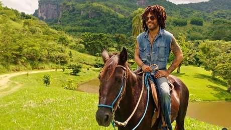 Lenny Kravitz exibiu sua fazenda do Rio de Janeiro em um vídeo no Youtube