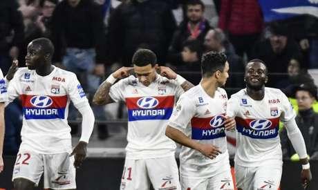 Depay comemorando gol na vitória desta sexta-feira (Foto: Jeff Pachoud / AFP)