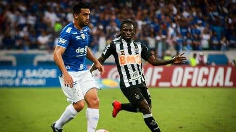 O primeiro round foi do Cruzeiro: 2 a 1. Galo joga por uma vitória simples no Horto (Foto: Dudu Macedo/Fotoarena)