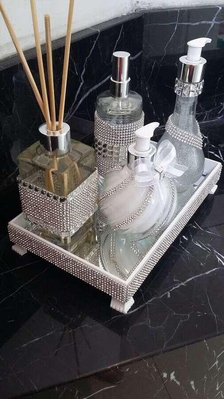 8. A bandeja espelhada para lavabo é um item indispensável para colocar mais charme nesse ambiente – Foto: Pinterest
