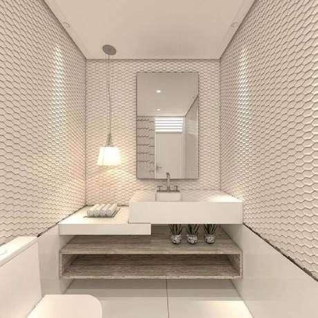 4. A iluminação em conjunto com o espelho para lavabo pequeno ajuda a ampliar visualmente o espaço compacto – Foto: Pinosy
