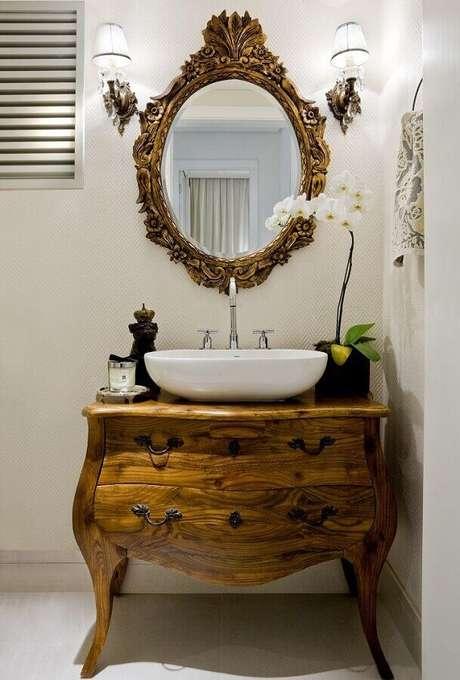12. Invista em um espelho para lavabo com moldura que se harmonize com o restante da decoração do ambiente – Foto: Aaron Guide