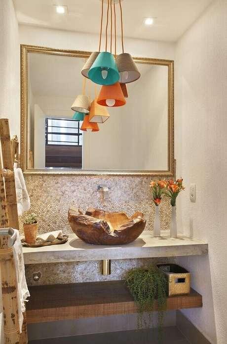 13. Aqui foi utilizado um espelho com moldura mais simples dando mais destaque a cuba rústica e aos pendentes coloridos – Foto: RBP Arquitetura