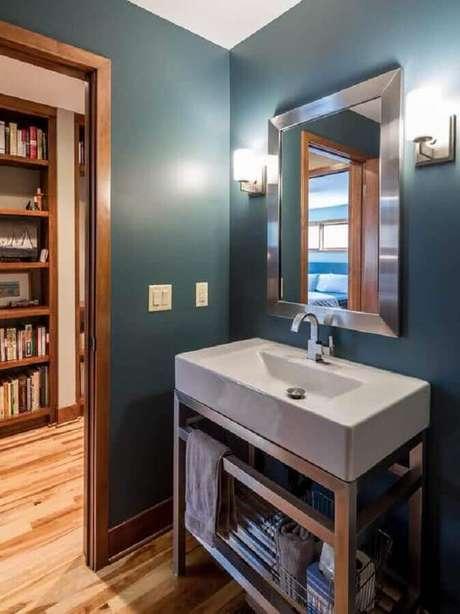 14. Decoração com espelho clean com moldura prata para lavabo todo azul – Foto: Vivian Design
