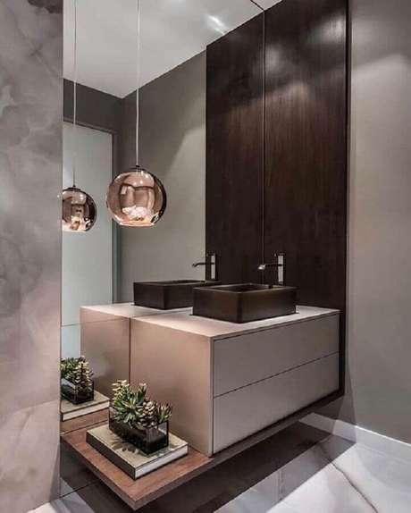 15. Decoração moderna com parede espelhada para lavabo todo cinza com luminária pendente redonda em rose gold – Foto: Areno