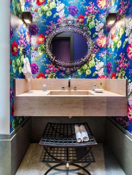 16. Decoração com papel de parede floral colorido e espelho para lavabo com moldura – Foto: Papo de Design