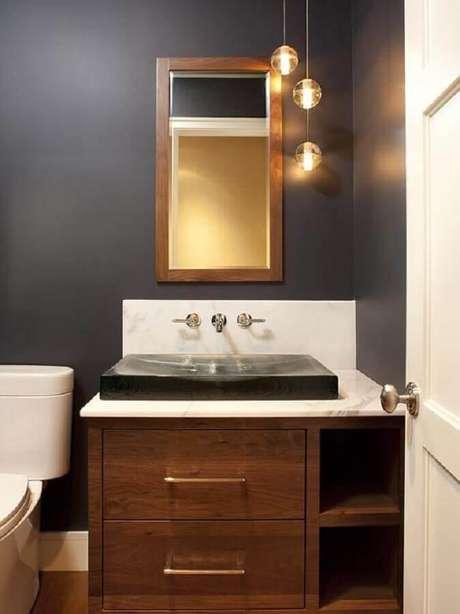 17. Decoração clássica para lavabo com espelho com moldura de madeira e pendentes redondos – Foto: Edmaps Home Decoration