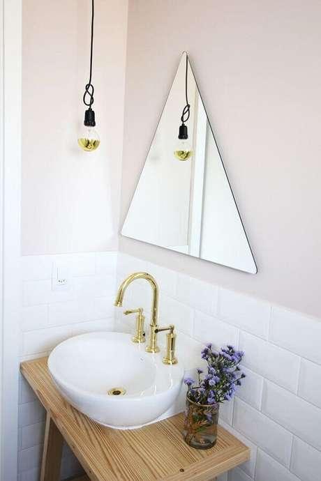 18. Invista em espelho com design diferenciado para um banheiro moderno e minimalista – Foto: TabithaEvansDesign