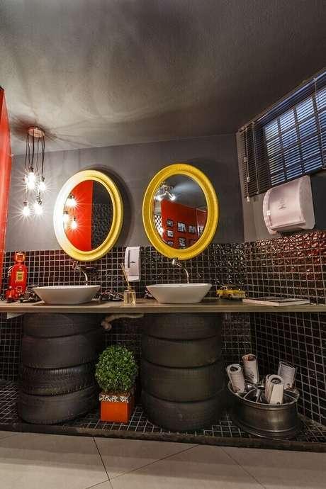 19. Decoração com estilo industrial para lavabo com espelho com moldura amarela – Foto: Lídici Melo