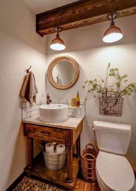 21. Decoração rústica com espelho para lavabo com moldura de madeira e luminária instaladas em viga de madeira – Foto: Pinterest