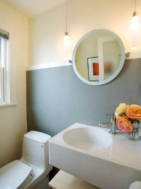 23. Decoração simples com espelho redondo para lavabo – Foto: Pinterest
