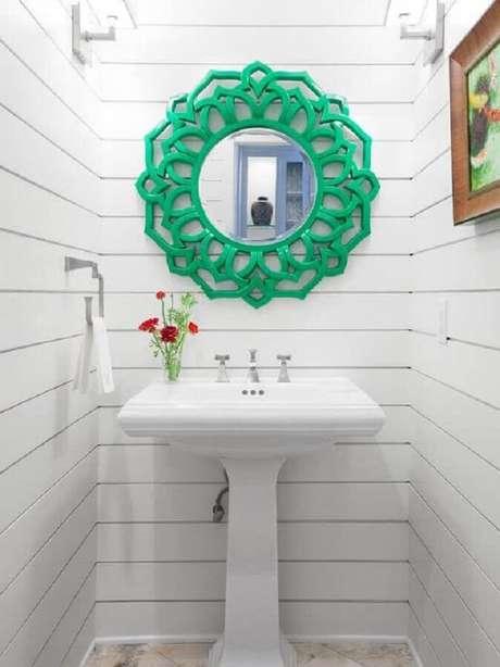 6. Aqui o espelho para lavabo com moldura verde se tornou o grande destaque na decoração toda branca – Foto: Kevin & Tina Girard