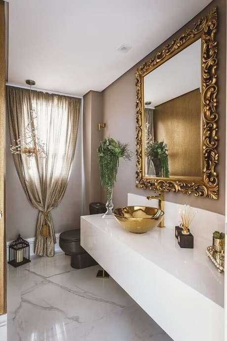 25. Decoração sofisticada para lavabo amplo com moldura provençal para espelho quadrado – Foto: Daniela Gradella