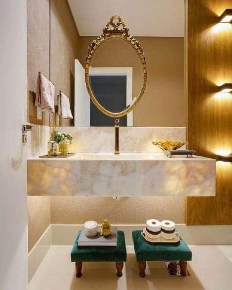 26. Decoração sofisticada em tons neutros com espelho para lavabo com bancada de mármore – Foto: Zozu