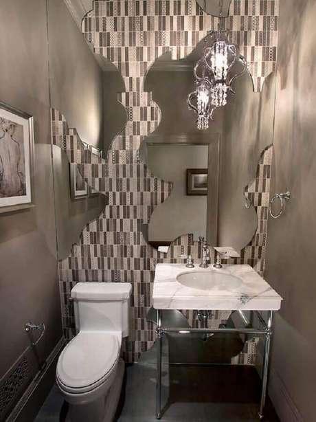 5. O espelho para lavabo pequeno com design assimétrico é perfeito para quem quer dar um grande destaque ao objeto decorativo – Foto: Pinterest