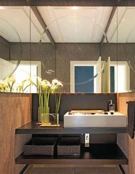 31. Espelho para lavabo com decoração moderna – Foto: Design de Interiores