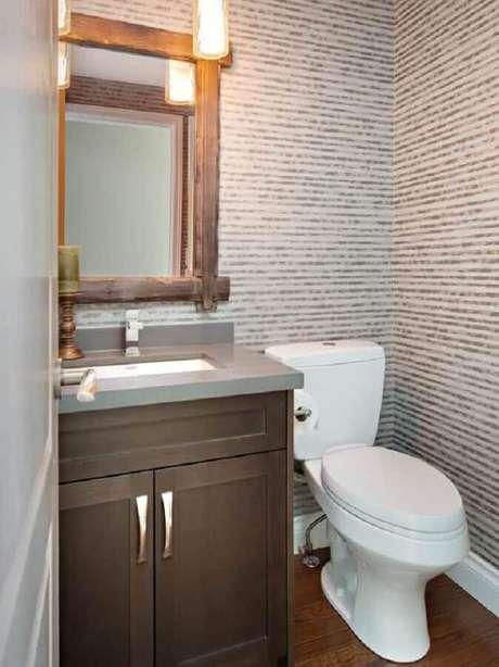 35. Decoração clean com papel de parede listrado e espelho de madeira para lavabo pequeno – Foto: Decoração Mundo das Tribos