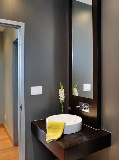 36. Decoração clean e moderna com espelho para lavabo todo cinza com cuba branca – Foto: Pinterest