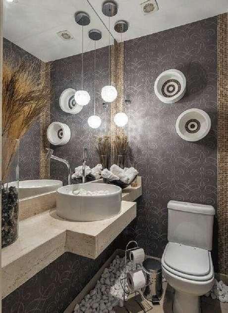 41. Parede espelhada para lavabo decorado com papel de parede cinza e bancada de mármore – Foto: Air Freshener