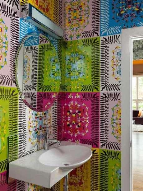 43. Aqui o azulejo colorido deu um ar bem alegre para o lavabo decorado – Foto: Casinha Colorida