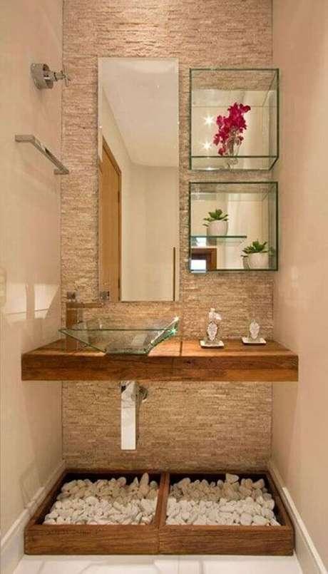 44. Decoração em tons neutros para lavabo pequeno com espelho retangular e nichos de vidro – Foto: Aaron Guide