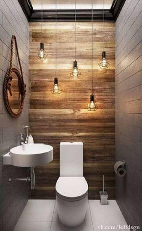 45. Espelho para lavabo pequeno decorado com luminárias pendentes e revestimento de madeira para parede – Foto: Idaho Interior Design