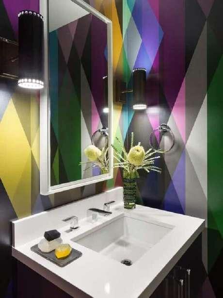 48. Espelho para lavabo decorado com papel de parede colorido – Foto: Pinterest